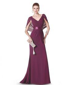Elegante y femenino modelo con cuerpo con sobre capa y cintura entallada en color morado. St. Patrick y La Sposa