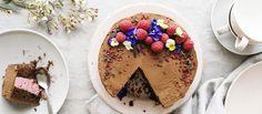 Vadelma-suklaakakussa on gluteeniton tumma pohja, vadelmajuustokakkutäyte ja suklaamoussekuorrutus. Noin 1,10€/annos.