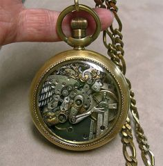 Esculturas feitas a partir de pedaços de relógios de bolso antigos