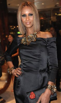Iman (at Love this entire look! Beautiful Old Woman, Beautiful Black Women, Beautiful People, Advanced Style, Ageless Beauty, Thing 1, Fashion Night, Style And Grace, Aging Gracefully