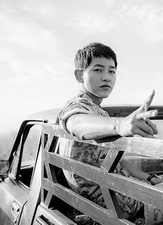 Song Joong Ki in Descendants of the Sun--Watch now on DramaFever! http://deeplink.me/http://www.dramafever.com/drama/4627/