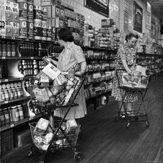 Shoppers at a Large Grocery Store--when people actually dressed nicely to do their shopping. Photo by Alfred Eisenstaedt. Vintage Pictures, Old Pictures, Old Photos, Time Pictures, Vintage Housewife, Old Country Stores, Gas Station, The Good Old Days, Vintage Photographs