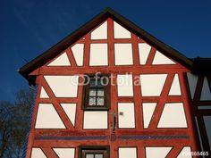 Weißes Fachwerkhaus mit spitzem Giebel und rotbraunen Fachwerkbalken in Wißmar in Hessen