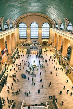 La gente desparramándose como hormigas en medio de la gran Estación Central de la Ciudad de Nueva York.