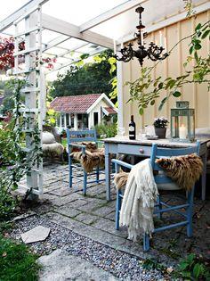 Hagen har flere sitteplasser. Pleksiglass på taket er praktisk. Møblene er bruktfunn, lampen er en fransk bronselysekrone kjøpt på et marked i Beirut.