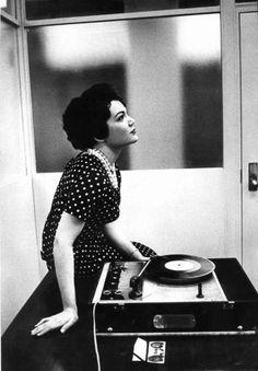 retro vintage modern hi-fi: hifi girl Vintage Tv, Vintage Records, Vintage Photos, Vintage Modern, Vintage Music, Vintage Stuff, Stoner Rock, Lps, Dj Girl