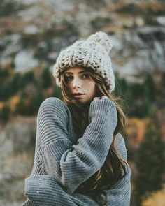3 or credit Sarah Chintomby. Portrait Photography Poses, Photography Poses Women, Autumn Photography, Portrait Poses, Senior Photography, Female Portrait, Fall Portraits, Foto Casual, Winter Pictures
