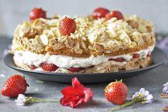 Baisertorte oder Himmelstorte mit Erdbeeren und Sahne Frontal Vollansicht
