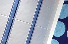 Pukkilan Lumi-sarjan valkoisessa seinälaatassa on himmeä lasitus ja talven hangesta muistuttava kaunis aaltoileva pinta. #avainlippu #sinivalkoinenvalinta #pukkila Bath Mat, Tile Floor, Flooring, Rugs, Crafts, Home Decor, Farmhouse Rugs, Manualidades, Decoration Home