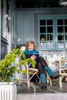 HJEMME: Kunstneren Ine Harrang tilbrakte alle barndommens somre på den lille familiehytta ved Moldefjorden. Etter mange år i utlandet, bosatte hun seg her i 1992 og har egenhendig forandret hytta til et bolighus.
