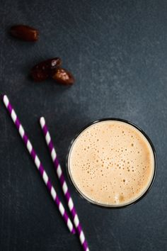 Refreshing, creamy and actually good for you, this vegan date shake is your ultimate sweet summer drink. Blend these three basic ingredients and enjoy a cool healthy milkshake in under 10 minutes. Healthy Milkshake, Vegan Dating, Vegan Smoothies, Frozen Banana, Summer Drinks, 3 Ingredients, Vegan Vegetarian, Sweet, Desserts