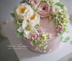 웨딩케익으로 제작된 특별한 날을 위한 플라워 케이크입니다. 앤케이크는 조명이 있는 스튜디오가 아니라 ...