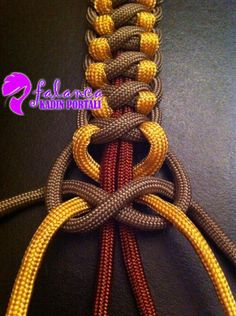 Different take on a square knot. 3 colors in this, you could choose the colors. This looks like paracord. Paracord bracelets, paracord zipper pulls on coats, purses, etc.take on a square knot- paracord is good for practicing Chinese knots if you neve Paracord Braids, Paracord Knots, Rope Knots, Macrame Knots, Paracord Bracelets, Swiss Paracord, Paracord Weaves, Survival Bracelets, How To Braid Paracord