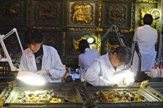 Restauran la puerta del baptisterio de la Catedral de Florencia, Lorenzo Ghiberti, s.XV. El baptisterio es octogonal, y es conocido por sus tres puertas doradas con esculturas en relieve. La Puerta Norte, 1403-1424 se diferencia de la del Paraíso en que el dorado de amalgama de mercurio se hizo sólo sobre los relieves, dejando el bronce en el fondo.