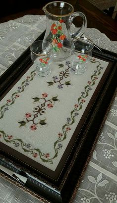 Flower Embroidery Designs, Hand Embroidery, Palestinian Embroidery, Cross Stitch Borders, Bargello, Filet Crochet, Diy Clothes, Diy And Crafts, Cross Stitch Embroidery