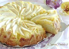 Cosa c'è di più buono di una torta di mele? Una torta di mele con crema pasticcera! :D Quando ho visto questa ricetta ho pensato subito che doveva essere una vera e propria delizia