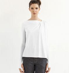 Drapeado nos ombros, mangas longas e punhos esportivos. Blusa Deva em nylon biodegradável.  /  Draped detail on the shoulders, long sleeves and cuffs sport. Deva blouse in nylon biodegradable.