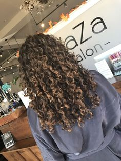 Long curly hair balayage curly hair in 2019 вьющиеся волосы, Curly Balayage Hair, Highlights Curly Hair, Dyed Curly Hair, Brown Curly Hair, Colored Curly Hair, Hair Color For Black Hair, Long Curly Hair, Curly Hair Styles, Natural Hair Styles