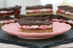 This easy Marshmallow Wagon Wheel Slice will have you coming back for more and more! A yummy base covered in raspberry jam, marshmallows and chocolate! Marshmallow Slice, Tray Bake Recipes, Pink Plates, Chocolate Marshmallows, Wagon Wheel, Tray Bakes, Raspberry, Baking, Desserts