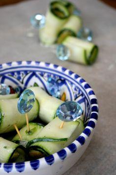Zucchini rolls. Courgette, kruiden en peer of tomaat