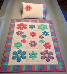 Flower blocks and quilt in the hoop machine embroidery design Blumenblöcke und Steppdecke im Stickrahmen-Stickmuster Baby Girl Quilts, Quilt Baby, Girls Quilts, Machine Applique, Machine Embroidery Patterns, Machine Quilting, Quilting Projects, Quilting Designs, Sewing Projects