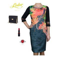 Sukienka Avatar - NOWOŚĆ! Opiera się na technologii druku 3D.  Efekt trójwymiarowy uzyskujemy podczas ruchu sylwetki. Z przodu dekolt ozdobiony złotym elementem i pionowe zaszewki.