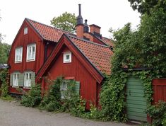This house is in an old part of Stockholm, Sweden, on a street called Stigsbergsgatan on Sodermalm island. A little Swedish house for me, painted with the traditional Falu rödfärg :))