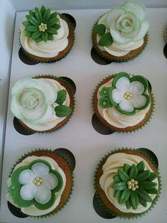Pretty green flowers cupcakes Flower Cupcakes, Pretty Green, Green Flowers, Desserts, Food, Meal, Deserts, Essen, Hoods