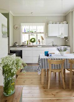 20120625 Virojoki. Perinnerakentaminen - Pihapiirin rauhassa. Kuvassa keittiö. Koti ja keittiö / Kirsi-Marja Savola. HUOM! Kysy päätoimittajalta saako juttua antaa eteenpäin, koska jutussa olleilta ihmisiltä on ensin kysyttävä lupa saako heidän kotiaan esitellä muualla kuin Koti ja keittiö lehdessä. Kitchen Interior, Kitchen Inspirations, Kitchen Projects, Summer Home Decor, Kitchen Decor, House Interior, Kitchen Dining Room, Scandinavian Interior Kitchen, Home Kitchens