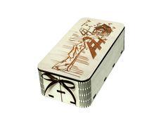 Подарочная упаковка с крышкой выполнена при помощи лазерной резки. Коробка имеет закругленные углы и прямоугольную форму. Размер изделия в длину 13 см, в высоту 5 см, в ширину 7 см, толщину 0,3 см. На крышке коробочки выполнена гравировка с изображением китайской девушки с зонтиком. Впереди коробка украшена маленьким бантом из атласной ленты. #Канышевы #Подарочнаяупаковка #упаковкадляподарков #Эксклюзивнаяупаковка #упаковкадлякорпоратиногоподарка #корпоративныйподарок #упаковатдетскийподарок…
