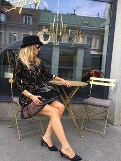 traumhafte Vintage Chanel Slingback Sandalen, absolut trendig und zeitlos classy in Größe: D 37 ½ (fällt sehr klein aus, eher passend für 36 - 37) in schwarz mit einer komfortablen Absatzhöhe: 7,5 cm #vintagechanel #chanel #chanelsandalen #chanelsandals #chanelslingbacks #streettrends #vintagetrends #blackslingbacks #vintageshopvienna #kunst19bybg Chanel Logo, Vintage Chanel, Comfortable Heels, Slingback Sandal, Elegant, Black Sandals, Classy, Chanel Sandals, Killed In Action