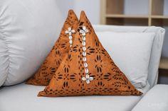 Confectionnées à la main par nos soins African Fabric, Decoration, Fabrics, Throw Pillows, Ideas, Black Pattern, Slipcovers, African, Cushions