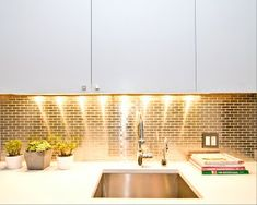 The colour Gold is associated with the sun, and therefore to abundance and power, wisdom and understanding. Gold kitchen splashbacks can be prdered from Abbey Glass! Call our team on 01443 238 787 Cheap Backsplash Tile, Beadboard Backsplash, Herringbone Backsplash, Hexagon Backsplash, Kitchen Interior, New Kitchen, Kitchen Decor, Wooden Countertops, Splashback