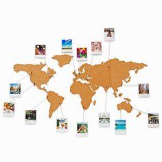 Met dit wereldkaart prikbord van kurk geef je jouw reizen een mooi plekje in huis. Pin jouw foto's, kaartjes en andere reisherinneringen vast op en rondom het prikbord, zoals jij het wilt. De wereldkaart wordt geleverd in losse delen en is eenvoudig op de muur te plakken. Er zit een setje van 16 pins (helaas niet los te verkrijgen) bij. Het prikbord is 45,5 x 100 cm groot en gemaakt van 0,5 cm dik kurk.
