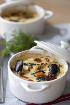 Cassolette de moules bouchot gratinée (l'été est la saison des Bouchots AOP de la Baie du Mont Saint-Michel!) Sa chair reste bien ferme à la cuisson, sa petite taille concentre les saveurs et se prête à des recettes originales.