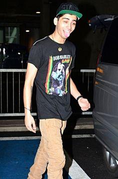 Emmmaggaawwd hes wearing a bob marley shirt!!!! Bob marley is from jamaica!!! Im from jamaica!!!!! Eeekkk!!!!!!!