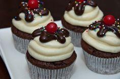 sundae cupcakes Sundae Cupcakes, Ice Cream Cupcakes, Fun Cupcakes, Ice Cream Theme, Cupcake Recipes, Muffins, Deserts, Icecream, Cake Ideas