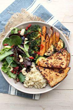 Brocoli + patate douce + riz + tempeh + courgettes + salade + noix de cajou + baies de goji + grenade