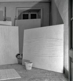 FOTO DEL GIORNO - Piero Manzoni nel suo studio, 1958 [foto di Ennio Vicario]...