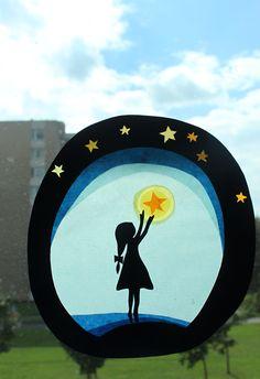 Dotknout se hvězd  Průsvit do okna vyrobený podle vlastního návrhu. Děvčátko a rámeček jsou z tmavě modré čtvrtky, zbytek z transparentních papírů a barevného pauzáku. rozměr: 18 x 20 cm  pozn. Doporučuji umístit na tu část okna, která se nemlží a nerosí. Rub obrázku není samolepící a je potřeba ho přilepit obyčejnou průhlednou lepicí páskou nebo jiným ...
