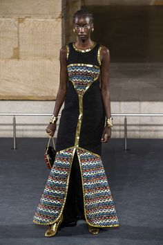 Chanel Pre-Fall 2019 Fashion Show Collection: See the complete Chanel Pre-Fall 2019 collection. Look 82 Fat Fashion, Chanel Fashion, Fashion Wear, Plus Size Fashion, Womens Fashion, Egyptian Fashion, Casual Fashion Trends, Karl Lagerfeld, Style Casual