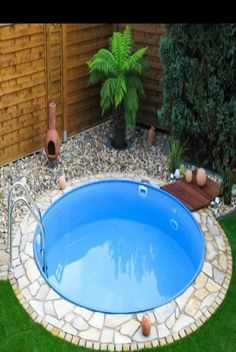 Swimming pool for the small garden- Swimmingpool für den kleinen Garten Even with little space, a small vacation oasis can be set up in the garden ;-] In our shop you will find round steel wall pools from a diameter of three meters. Small Gardens, Outdoor Gardens, Rustic Outdoor Decor, Stock Tank Pool, Small Pools, Small Backyard Landscaping, Backyard Ideas, Small Garden Design, Garden Pool