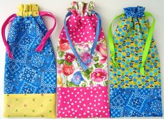 Lined pencil pouches for Operation Christmas Child shoebox gifts. Tutorial and pattern. Christmas Child Shoebox Ideas, Operation Christmas Child Shoebox, Kids Christmas, Drawstring Bag Diy, Drawstring Bag Pattern, Pencil Bags, Pencil Pouch, Operation Shoebox, Fabric Tote Bags