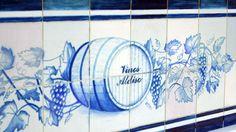 Detalle del mosaico que se encuentra en nuestro despacho de #vinos. Agradecemos al trabajador que nos elaboró nuestra preciosa tienda y este maravilloso azulejo pintado por él mismo.