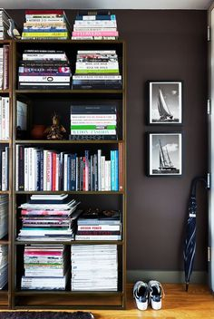 entryway with bookshelves and dark walls Brooklyn Apartment, Manhattan Apartment, Home Design, Interior Design, Tiny Studio Apartments, Studio Spaces, Studio Apartment Decorating, Apartment Ideas, Apartment Design