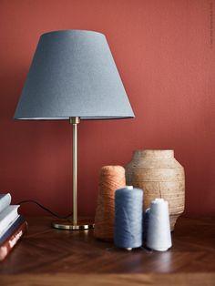 RODD mässingfärgade bordslampfot med OLLSTA skärm i blå.
