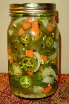 FAVORITE Small Batch Pickled Jalapeno Peppers -This makes one quart. Great for when you want to put together some jalapenos out of season. I don't use a water bath on this, since it's just one jar, but you could if you wished. Pickled Jalapeno Recipe, Pickled Jalapeno Peppers, Pickling Jalapenos, Jalapeno Recipes, Stuffed Jalapeno Peppers, Pickled Jalapenos And Carrots Recipe, Pickeled Jalapenos, Pickled Eggs, Healthy Food Delivery
