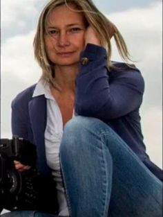 """Mentre riprendeva il dramma dei profughi in Ungheria, un'operatrice della televisione N1TV sgambettava e prendeva a calci gli immigrati in fuga dalla polizia. Ma quando il video delle sue violenze è stato postato su Twitter dal reporter tedesco Stephan Richter, la donna, Petra Lazlo, è stata licenziata in tronco dall'emittente ungherese."""""""