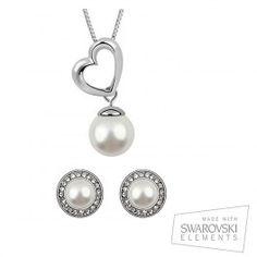 Pendientes de 12 x 12 mm. Diseño clásico y elegante. Sus perlas con elementos Swarovski y la plata que las rodea, confieren elegancia y clase a su atuendo. El colgante es elegante y encierra el simbolismo necesario en cualquier joya. Su cadena bañada en plata de 45 cm, el corazón y las perlas con elementos Swarovski, lucen sin ocular la belleza de este diseño de aire más clásico.