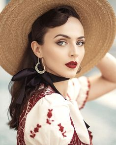 Over the past few years, vintage handbags have made a come back in the fashion industry. Beauty Shots, My Beauty, Beauty Women, Beauty Makeup, Mode Vintage, Vintage Ladies, 1950s Fashion, Vintage Fashion, Pin Up Retro